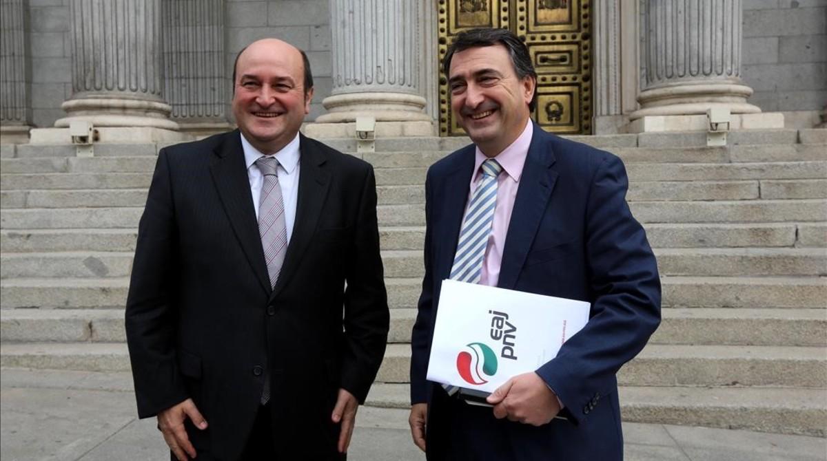 El presidente del PNV, Andoni Ortuzar, y el portavoz del grupo nacionalista vasco en el Congreso, Aitor Esteban, a las puertas de la Cámara baja.