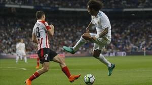 Marcelo disputa un balón con De Marcos.