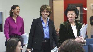 Las ministras Isabel Celaá, Dolores Delgado y Reyes Maroto en rueda de prensa en la Moncloa.