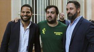 El líder de Vox, Santiago Abascal, y el diputado de Vox por Barcelona, Ignacio Garriga, junto a un militante del partido