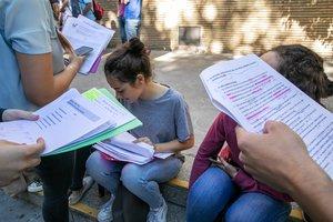 Unos estudiantes repasan los apuntes antes de un exámen.