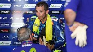 Valentino Rossi conversa con uno de los técnicos de Yamaha, en Malasia.