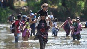 Varios migrantes cruzan el río Suchiate, frontera entre Guatemala y México, el pasado enero.