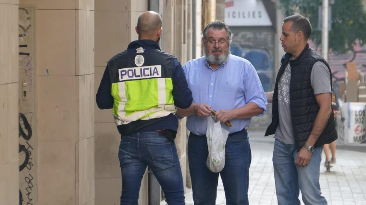 Víctor Terradellas, junto a dos agentesen la sede de Ciutat Vella en mayo del 2018, cuando fue detenido.