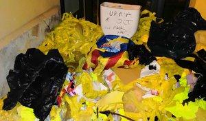 Assenyalen la casa d'alcalde de Vilassar de Dalt amb un vàter i llaços grocs arrencats
