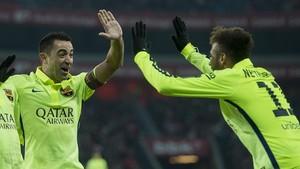 Xavi y Neymar celebran un gol del Barça en san Mamés en el 2015.
