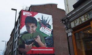 Un mural que muestra aun nino yemeni conuna pistola.EFEFacundo Arrizabalaga