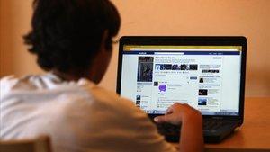Un joven estudiante se conecta a su ordenador