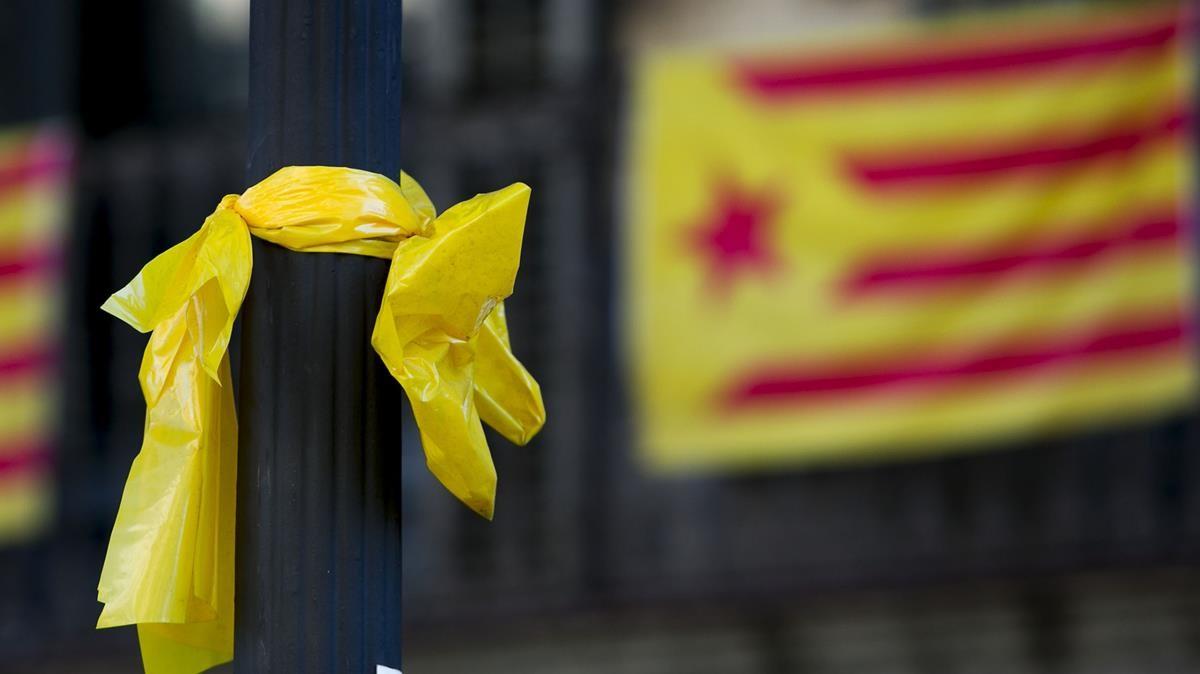 Un lazo amarillo en una foto de archivo.