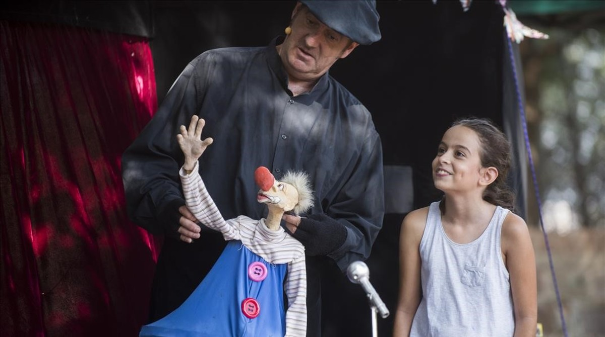 Una niña participa en un espectáculo de títeres en Montjuïc en la Mercè 2017.