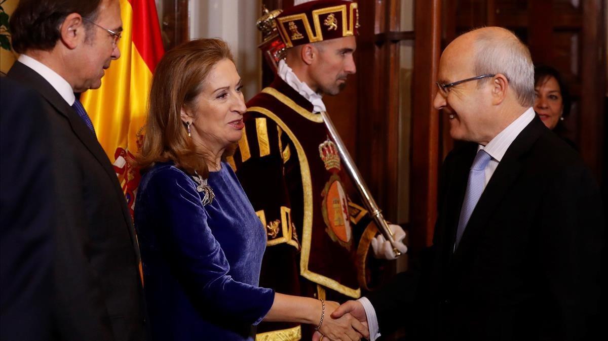 El presidente de Senado y la presidenta de la Cámara Baja, saludan a José Montilla.
