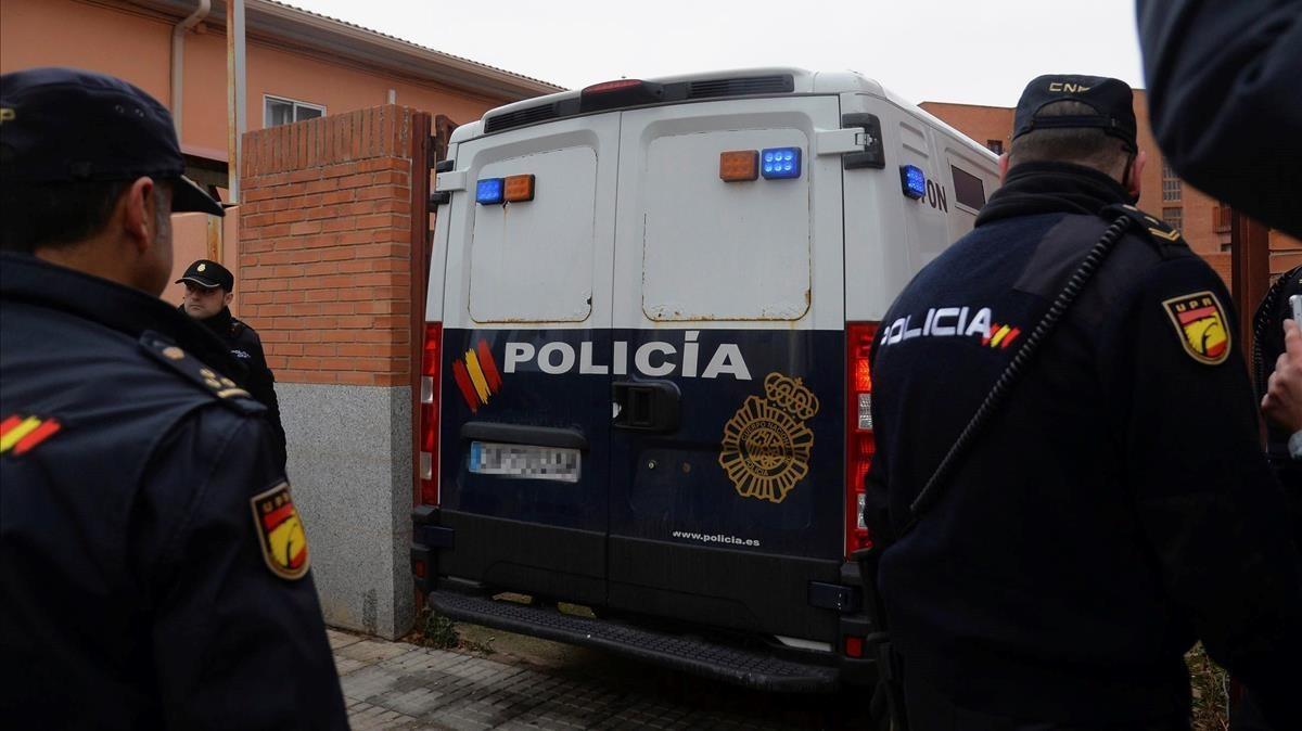 Un furgón policial traslada a los jugadores de la Arandina detenidos por la violación.