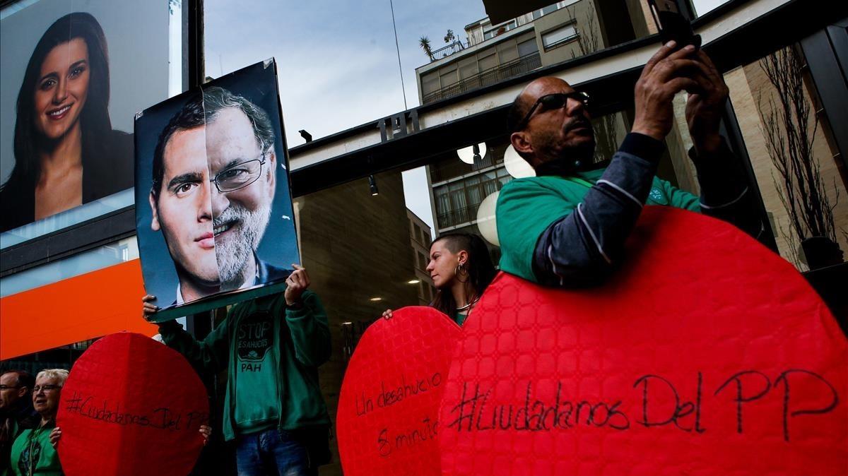 Concentraciónde un centenar de miembros de la PAH, el pasado 14 de marzo, frente a la sede de Ciudadanos en Barcelona.