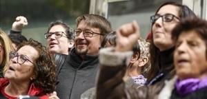 Xavier Domènech celebra su triunfo en las primarias de Podem frente a la sede del partido en Barcelona.
