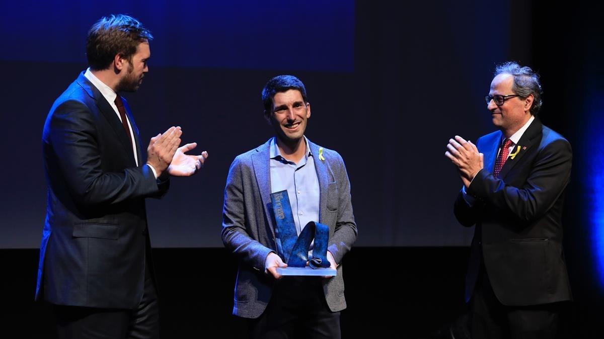 Oriol Mitjà recibe el premio Català de lAny 2016 de manos del presidente de la Generalitat, Quim Torra, y del presidente de Grupo Zeta, Antonio Zeta.