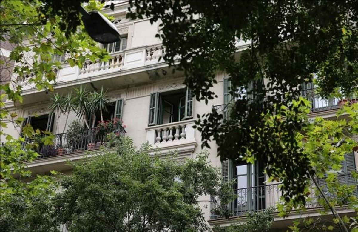 Fachada del edificio en la calle de Roger de Flor, en Barcelona
