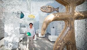Jordi Gispert en 'Nuskito Art Space', la instalación artística que ha creado con 500 metros cuadrados de tela de camuflaje blanca.