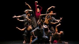 María Pagés, vestida de rojo, rodeada de sus bailarines en una escena de Una oda al tiempo.