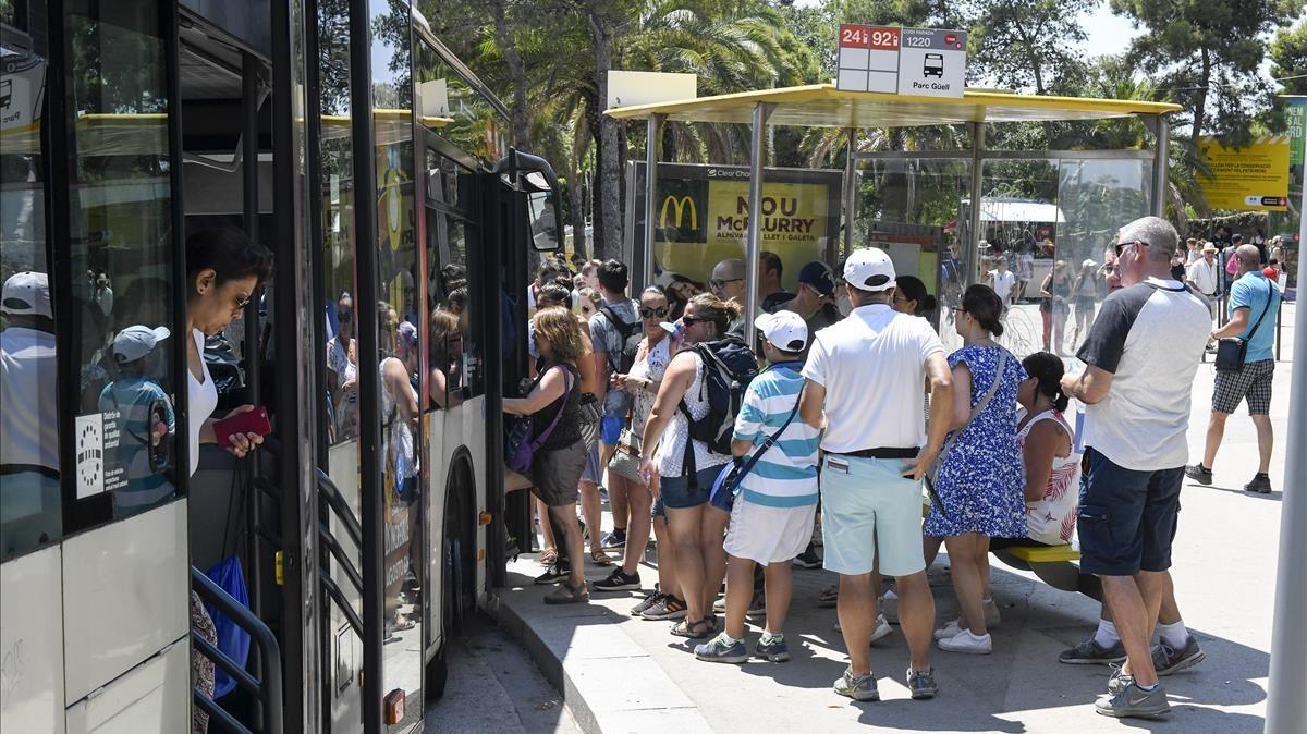 L''overbooking' turístic en el transport públic castiga el barceloní