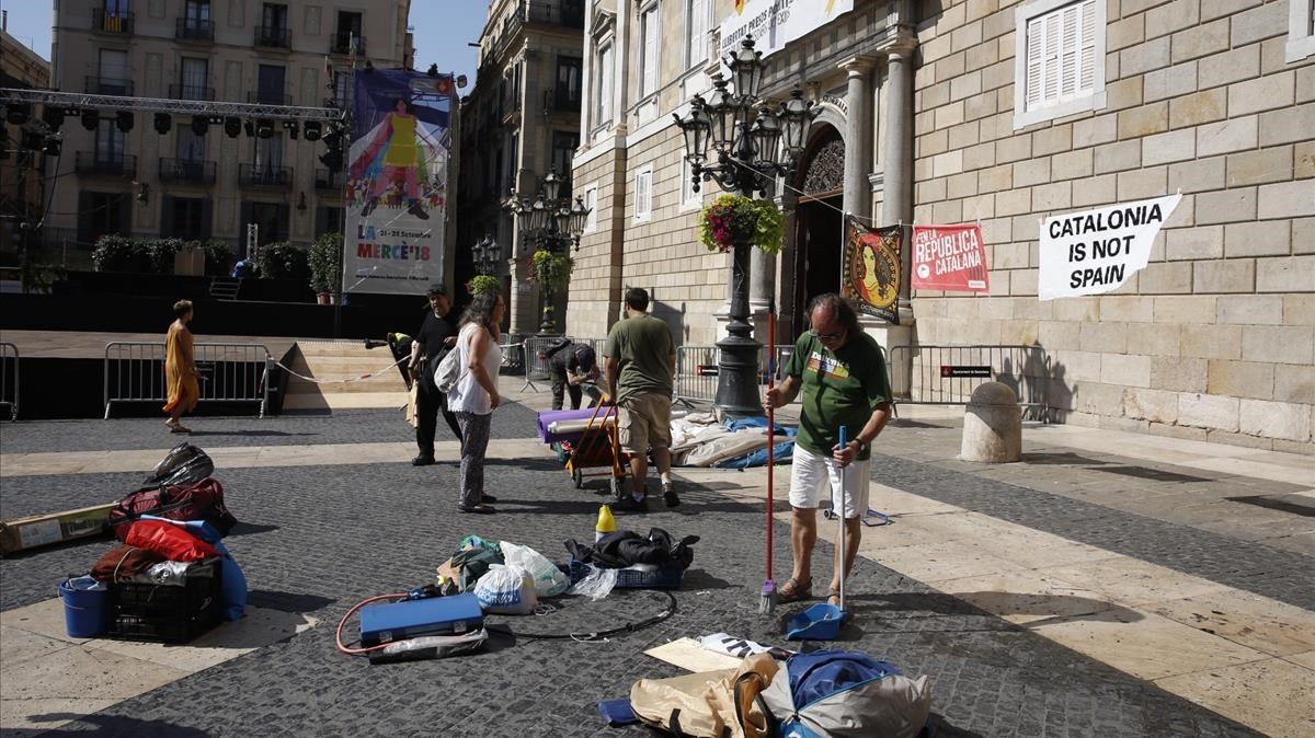 Els antiavalots aconsegueixen desallotjar l'acampada de Sant Jaume amb una amenaça