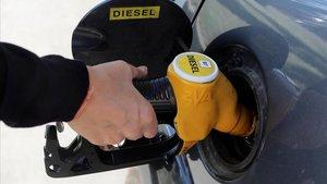 Un conductor rellena el depósito de su coche diésel.