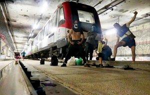 Los grafiteros que pintaron el tren de la estación de Maragall, el pasado domingo, tras su acción.