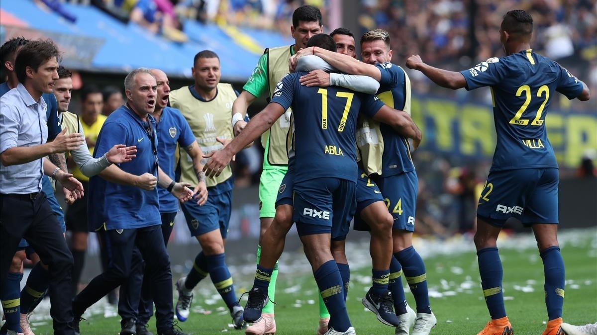 Ramón Abila celebra con sus compañeros uno de los dos goles de Boca.