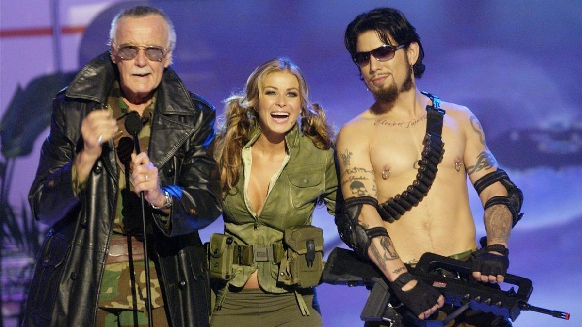 Hideo Kojima (derecha), con Alan Moore y Carmen Electra en una gala en Los Ángeles, en el 2004.