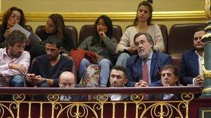 Perico Delgado junto a varios ciclistas más y promotores de la campaña #PorUnaLeyJusta en la tribuna del Congreso.