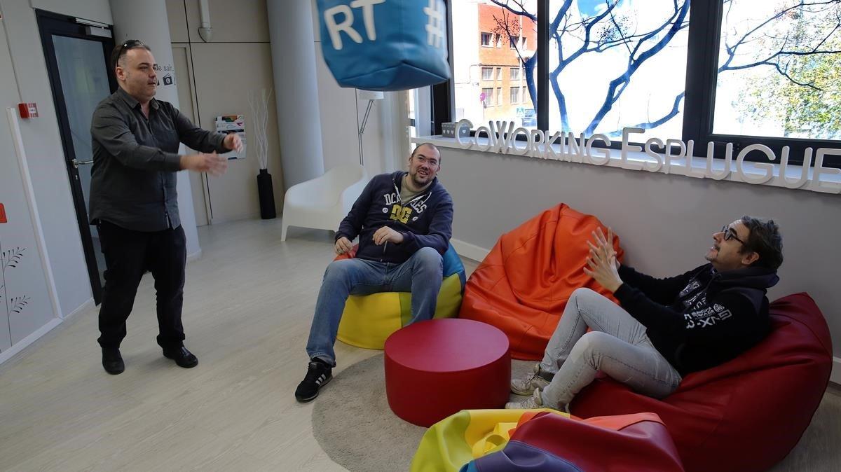 Momento de descanso en la empresa Blueknow, en el Coworking Esplugues.