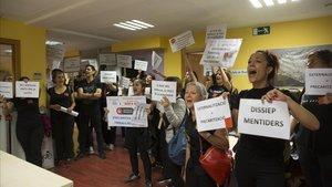 Trabajadores sociales que trabajan con familias que viven en asentamientos protestan contrala precariedad de sus empleos.