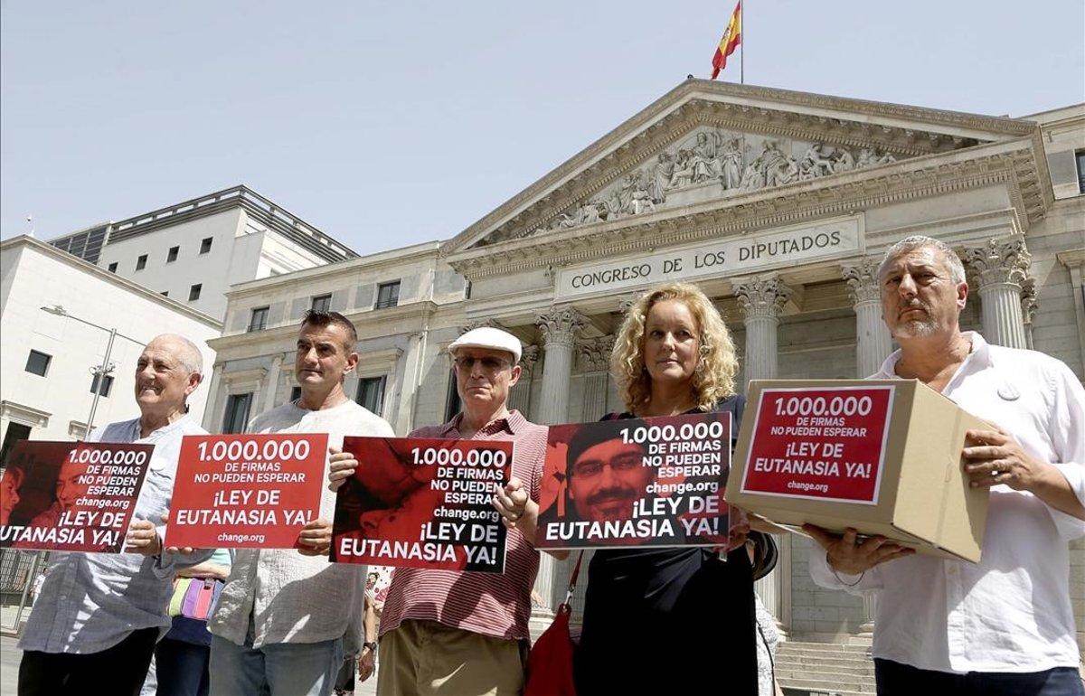 Activistas y familiares de enfermos en la entrega de más de un millón de firmas a favor de despenalizar la eutanasia en el Congreso, el pasado mes de junio.