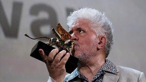 Pedro Almodóvar besa el León de Oro a su carrera cinematográfica, en Venecia, este jueves.