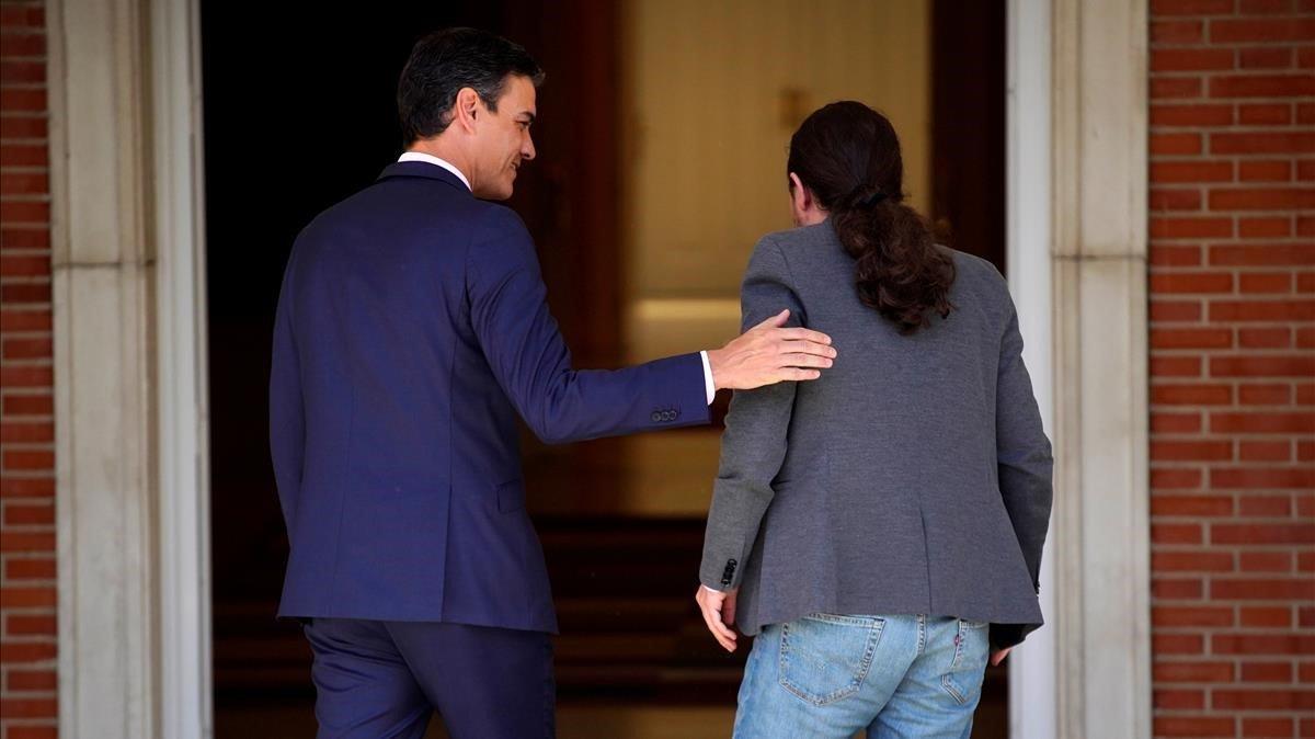 Pedro Sánchez y Pablo Iglesias entran en el palacio de la Moncloa, el pasado mayo.