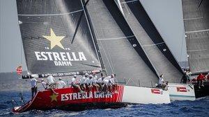 El'Estrella Damm', uno de los veleros que compiten este viernes 20 de septiembre en Barcelona.