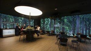 Interior de la oficina 'All in one' de CaixaBank en el centro de València.