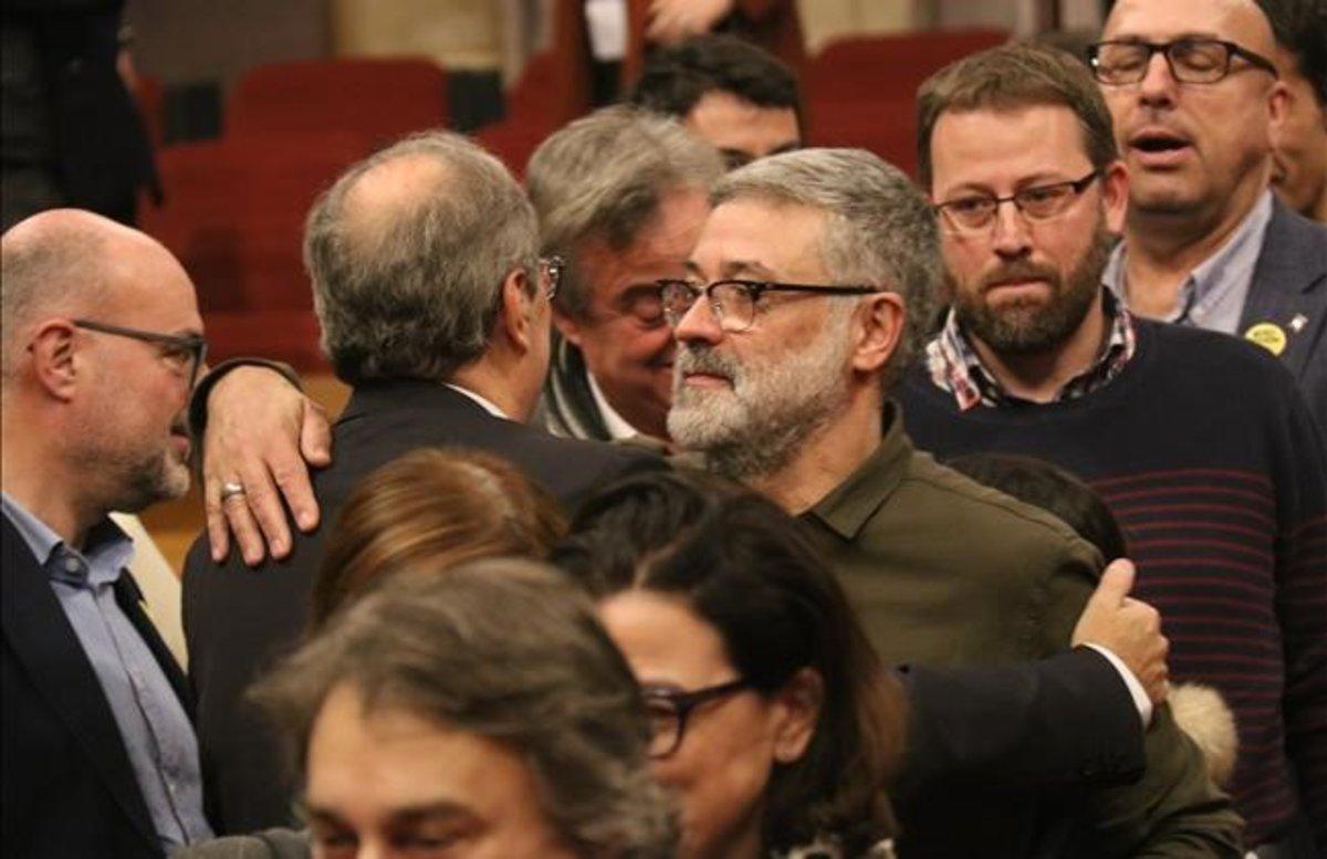 El diputado de la CUP, Carles Riera, saluda al 'president' Quim Torra en el hemiciclo del Parlament.