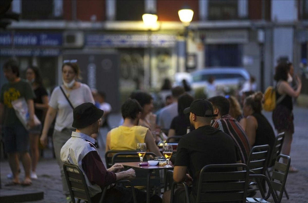 Ambiente de terrazas por la noche en el barrio de La Latina en Madrid.