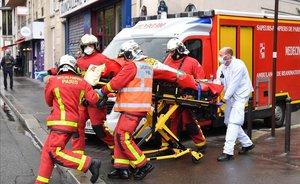 França reviu el terror amb un atac a ganivetades al costat de l'antiga seu de 'Charlie Hebdo'