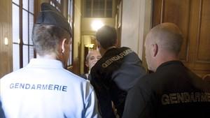 El etarra Zigor Garro Pérez, rodeado de gendarmes, durante su juicio en París, en el 2011