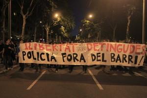 Centenars de manifestants es dirigeixendijous a la nit cap a la comissaria dels Mossos d'Esquadra de les Corts, a Barcelona, en protesta pel desallotjament de Can Vies.