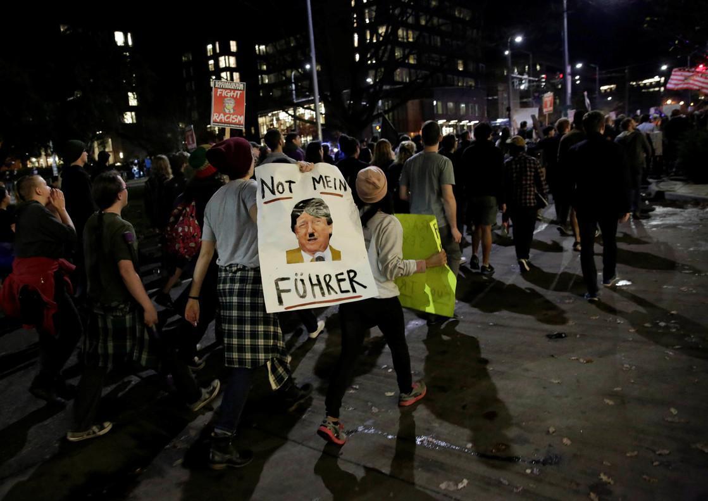 Un cartel alusivo a Hitler en la manifestación de Seattle.