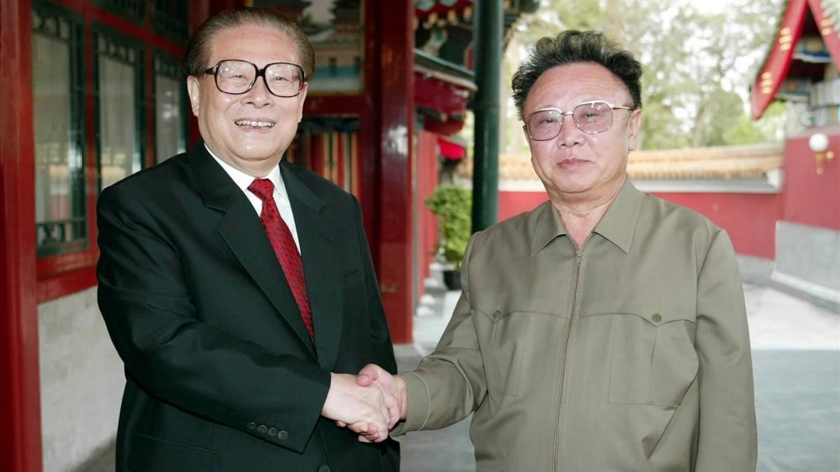 zentauroepp1821975 north korean leader kim jong il right shakes hands with fo170811184553