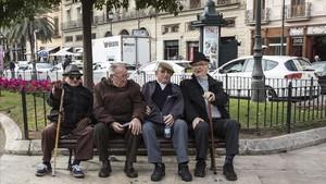 Economia Pensiones Jubilacion Un grupo de jubilados charlan en una plaza del centro de Valencia