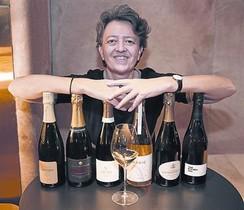 Isabelle Brunet, de Monvínic, con botellas de champán.