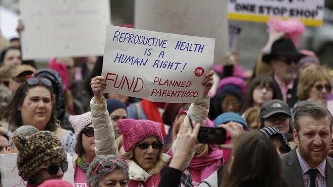 Planned Parenthood demanda a Trump por sus recortes en educación sexual