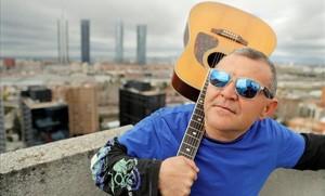 Manuel Jesús Rodríguez, El Koala, con su guitarra al hombro, en Madrid.