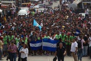 Los viajeros entraron en la ciudad tras una larga jornada de unas siete horas en las que recorrieron los 40 kilómetros que separan a Tapachula de Ciudad Hidalgo, en la frontera con la guatemalteca Tecún Umán.