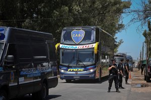 El autobus con el plantel de Boca Juniors es visto cerca al aeropuerto de Ezeiza a su regresoa Buenos AiresArgentinaluego de perder la final de la Copa Libertadores contra River Plate en MadridEFE Juan Ignacio Roncoroni