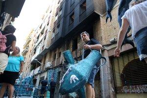 Així ha quedat el carrer de la Llibertat després que uns individus calessin foc al decorat